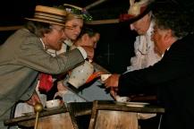 Familie Knauer mit Schnauz auf dem Sommerfest